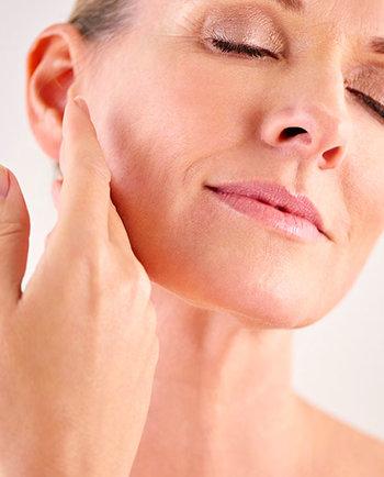 Változókor: miért érezzük szárazabbnak a bőrünket az 50-es éveinkben, mint 30 évesen?